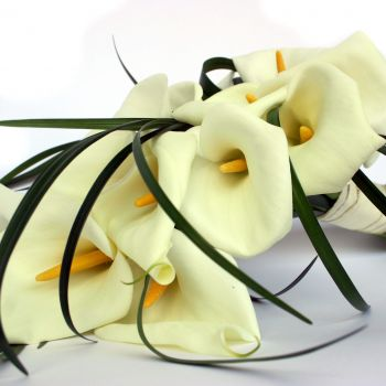 white-calla-lilies-hand-tied-flower-online-uk